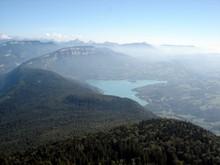 Le lac d'Aiguebelette et au fond la grande Sure