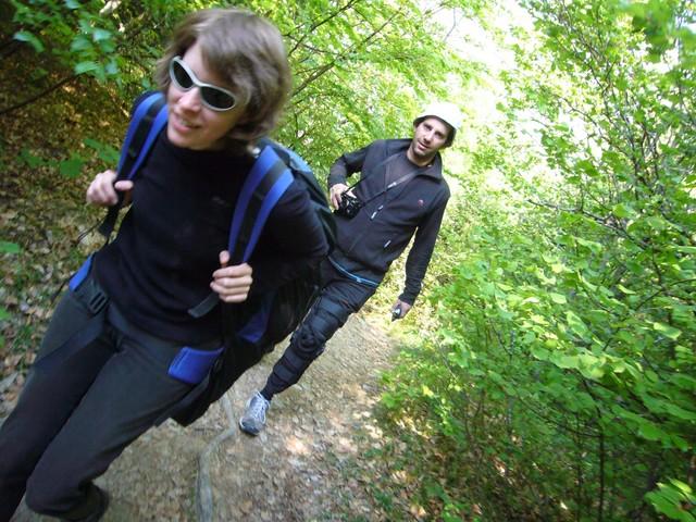 couple moderne, bettina et 20 kilos devant Francky mains dans les poches...