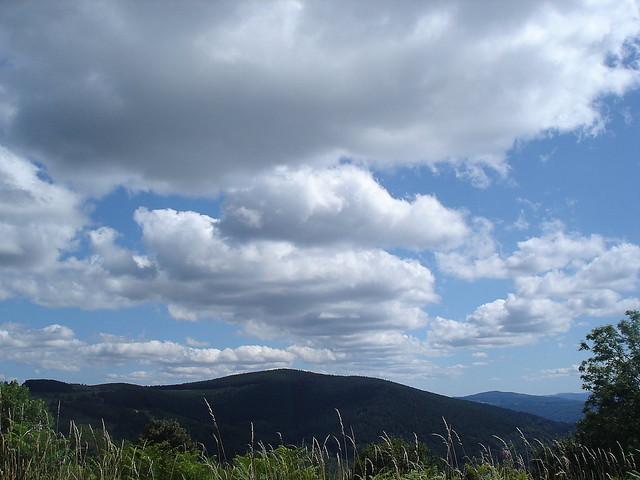 Enooorme rue de nuage au dessus des monts du Forez vers Ambert.