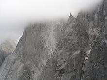 la face ouest des Drus prise dans le nuage